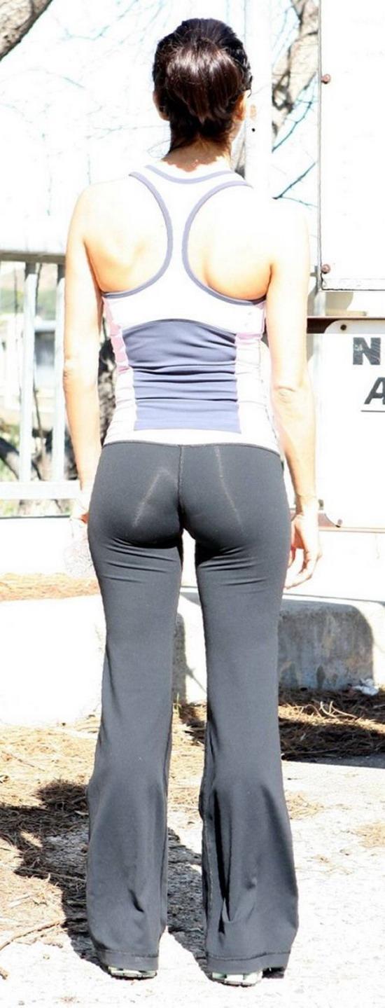 Упругая попка в обтягивающих джинсах 9 фотография