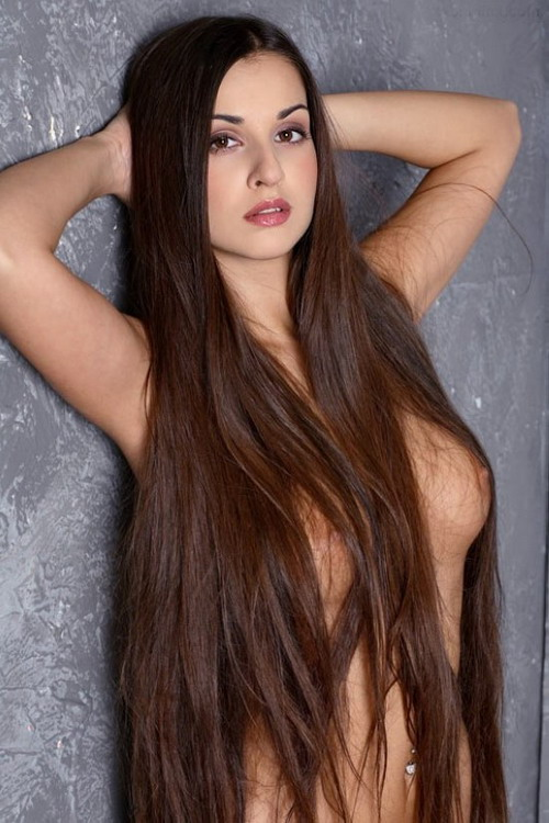 Длинными волосами эротические брюнетки с